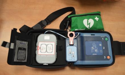 Un défibrillateur automatisé ou semi autamatisé externe ou DAE (en anglais, AED) est un appareil portatif